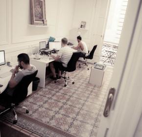 Espacios de trabajo del coworking con sus mesas